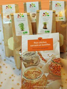 Colis des Gourmands : livre de recettes et les ingrédients principaux pour les réaliser. Graines de lentilles et pois chiches - Farines de sarrasin, lentilles et pois chiches - La Ferme des Bouviers